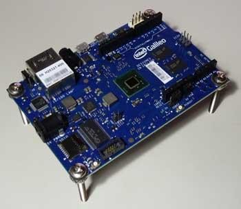 足を装着した「インテル Galileo 開発ボード」