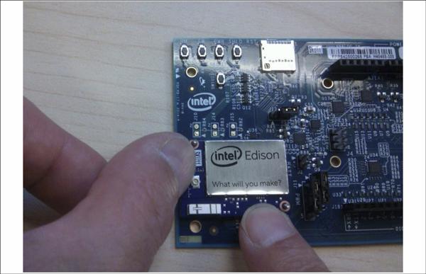 図8 Intel® Edison Compute Moduleの挿入